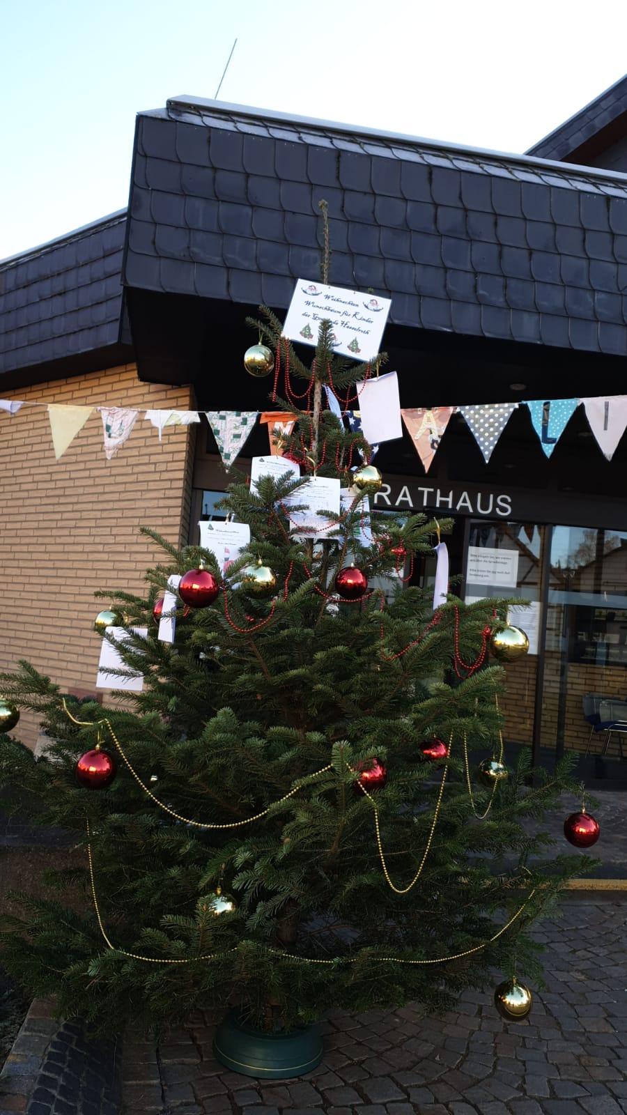 Ein Kinder-Wunschbaum Vor Dem Hasselrother Rathaus